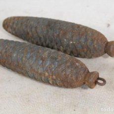 Antigüedades: 2 PESAS DE HIERRO - PIÑAS - PONDERALES. Lote 184416262