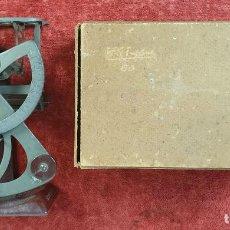 Antigüedades: BALANZA PARA CARTAS. METAL. BASE CON PUBLICIDAD FARMACÉUTICA. EUROPA. SIGLO XX. . Lote 184511091