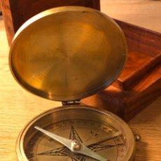 Antiquités: ANTIQUE LARGE BRASS POCKET COMPASS BY STANLEY LONDON - BRÚJULA ANTIGUA DE STANLEY CON ESTUCHE MADERA. Lote 184802262