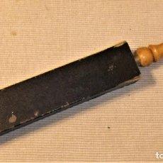 Antigüedades: ANTIGUO ASENTADOR, AFILADOR DE CUCHILLAS DE AFEITAR ROCA BARCELONA. Lote 185733407