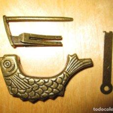 Antigüedades: CANDADO LATÓN BRONCE ANTIGUO FORMA DE PEZ LABRADO. Lote 204771030
