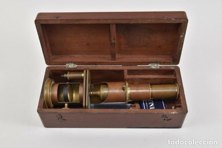 ANTIGUO Y MAGNIFICO MICROSCOPIO LATON PORTATIL DE CAMPO EN CAJA PERFECTO 20 ,8 CM. CAJA ORIGINAL 350 (Antigüedades - Técnicas - Instrumentos Ópticos - Microscopios Antiguos)
