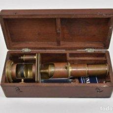 Antigüedades: ANTIGUO Y MAGNIFICO MICROSCOPIO LATON PORTATIL DE CAMPO EN CAJA PERFECTO 20 ,8 CM. CAJA ORIGINAL 350. Lote 185744315
