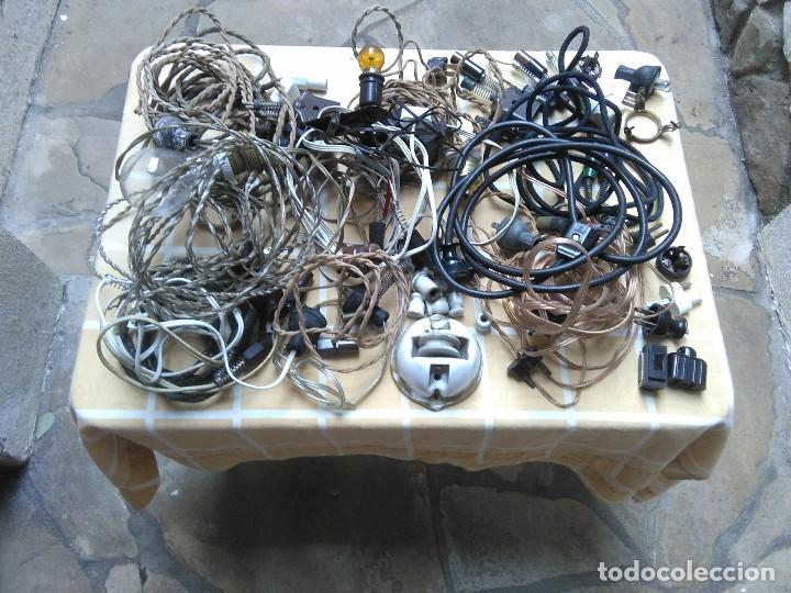 LOTE DE CABLES ELECTRICOS DE APARATOS ANTIGUOS Y OTROS DE ELECTRICIDAD LAMPARA PEQUEÑA DE PINZA. (Antigüedades - Técnicas - Herramientas Profesionales - Electricidad)
