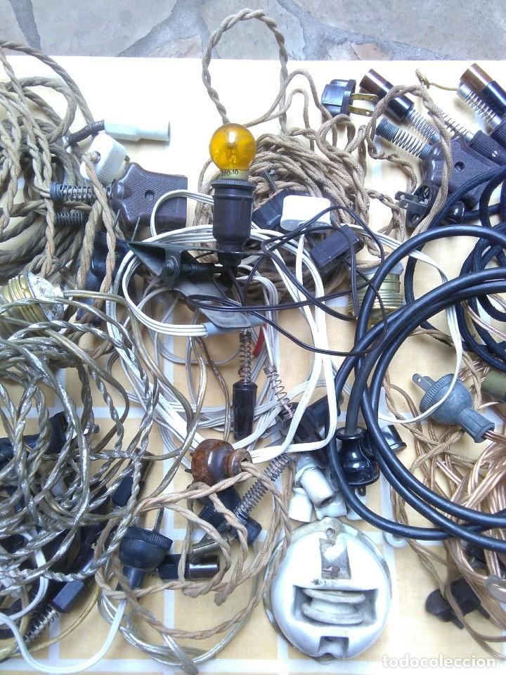 Antigüedades: lote de cables electricos de aparatos antiguos y otros de electricidad lampara pequeña de pinza. - Foto 3 - 186048937