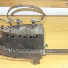 Antigüedades: MUY ANTIGUA PLANCHA DE CARBÓN COMPLETA CON SU SOPORTE. Lote 186098861