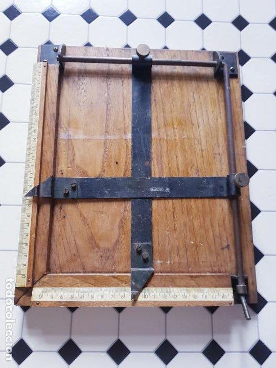 Antigüedades: soporte-para centrar fotografías/documentos-para fotografiar-madera+bronce-ver fotos - Foto 3 - 186262650