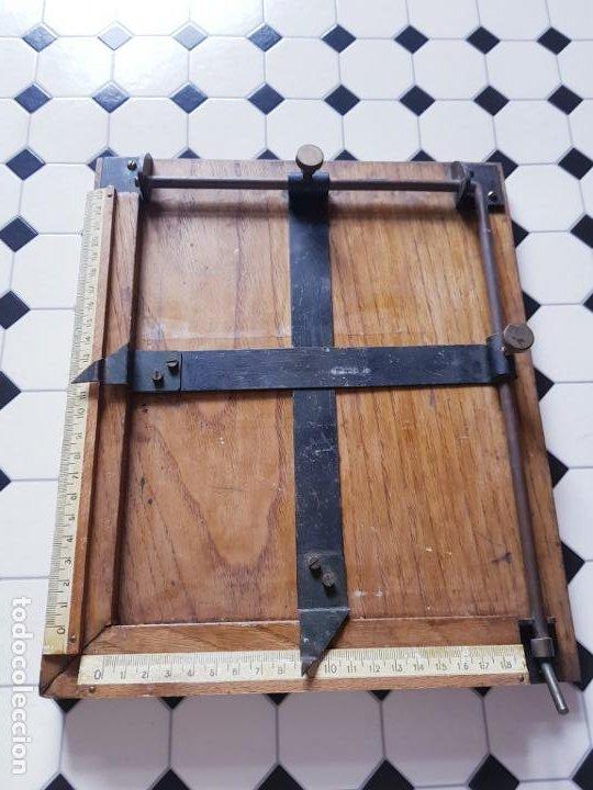 Antigüedades: soporte-para centrar fotografías/documentos-para fotografiar-madera+bronce-ver fotos - Foto 4 - 186262650