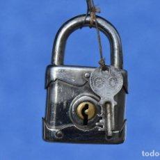Antigüedades: CANDADO CON SU LLAVE FUNCIONANDO 8 *5 CM. Lote 186343821