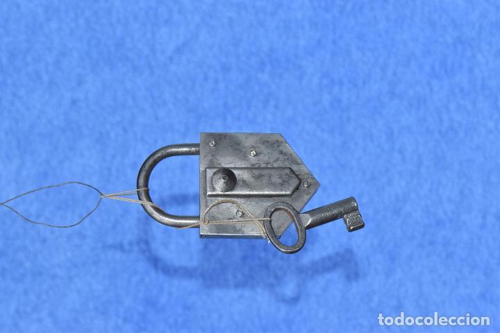 Antigüedades: CANDADO CON LLAVE FUNCIONANDO DE 10 * 6 CM - Foto 3 - 186345782