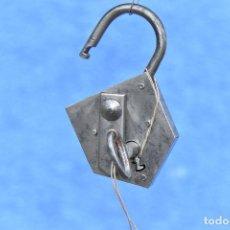 Antigüedades: CANDADO CON LLAVE FUNCIONANDO DE 10 * 6 CM. Lote 186345782