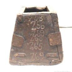 Antigüedades: MEDIDA DE GRANO AÑO 1843 CUÑOS CONTROL PESO HASTA EL AÑO 69. MED. 14 X 14 X 13 CM. Lote 186369861