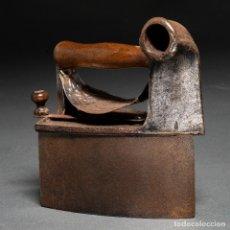 Antigüedades: PLANCHA DE HIERRO PARA CARBÓN CON CHIMENEA - CASTILLO UC MONDRAGÓN SIGLO XIX. Lote 186413846