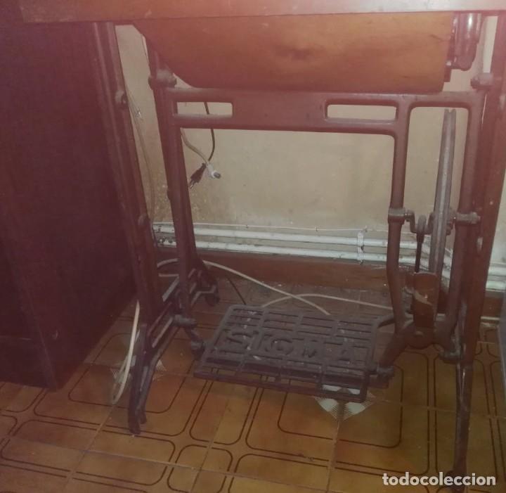 Antigüedades: Maquina de Coser Sigma Años 50 con Pie de Hierro y Caja Metal - Foto 3 - 186453092