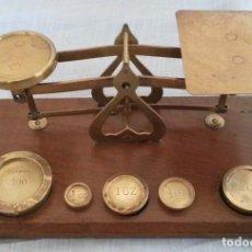 Antigüedades: BALANZA DE JOYERÍA EN BRONCE Y METAL. ORIGEN BRITÁNICO. Lote 187152531
