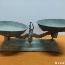 Antigüedades: BÁSCULA DE 2 PLATOS, DE 10 KG SIN RESTAURAR. Lote 187212420