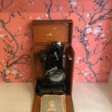 Antigüedades: PROYECTOR DE CINE PATHÉ BABY EN CAJA CON INSTRUCCIONES - AÑOS 30. Lote 187314287