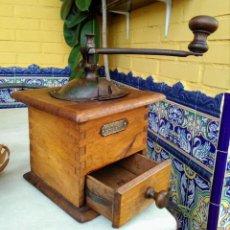 Antigüedades: MOLINILLO DE CAFÉ ANTIGUO DE MADERA FRERES. Lote 187493246