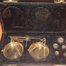 Antigüedades: BALANZA EN SU ESTUCHE, AÑOS 60. Lote 187500860