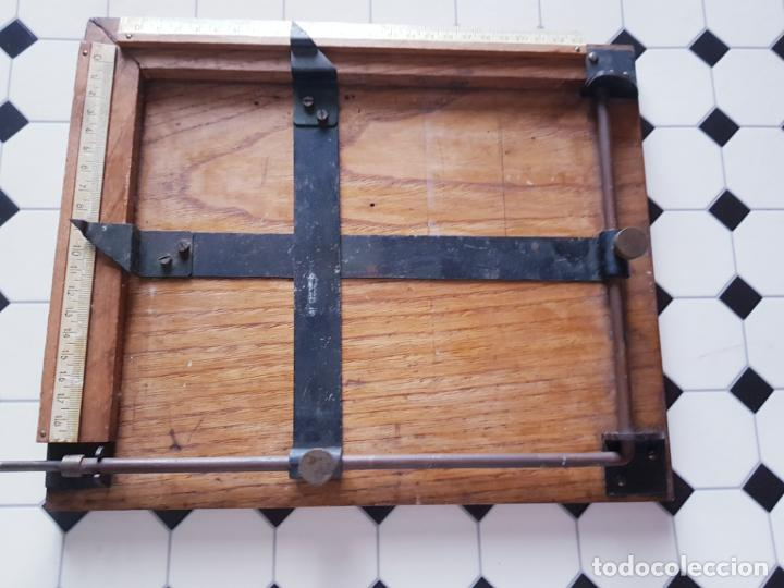 Antigüedades: soporte-para centrar fotografías/documentos-para fotografiar-madera+bronce-ver fotos - Foto 6 - 186262650