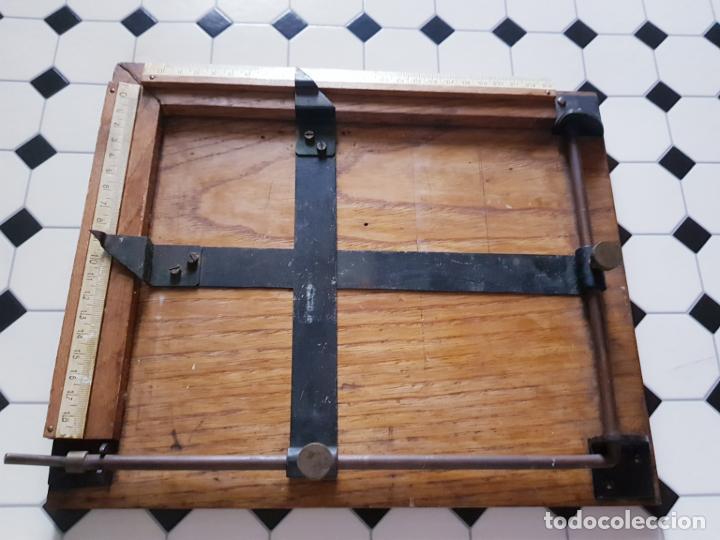 Antigüedades: soporte-para centrar fotografías/documentos-para fotografiar-madera+bronce-ver fotos - Foto 7 - 186262650