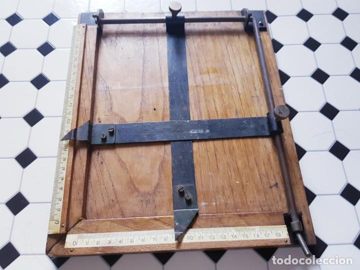 Antigüedades: soporte-para centrar fotografías/documentos-para fotografiar-madera+bronce-ver fotos - Foto 8 - 186262650
