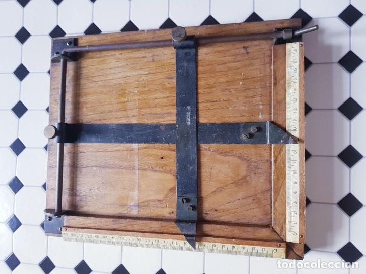 Antigüedades: soporte-para centrar fotografías/documentos-para fotografiar-madera+bronce-ver fotos - Foto 11 - 186262650