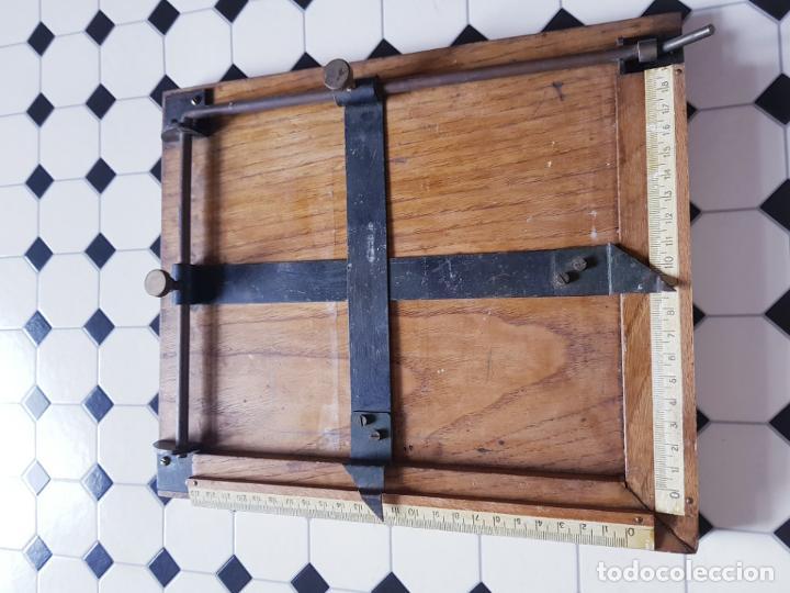 Antigüedades: soporte-para centrar fotografías/documentos-para fotografiar-madera+bronce-ver fotos - Foto 12 - 186262650