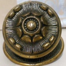 Oggetti Antichi: TIRADOR POMO PARA PUERTA DE BRONCE. Lote 187519461
