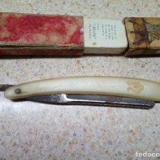 Antigüedades: NAVAJA DE AFEITAR FILARMONICA JOSE MONTERRAT POU EN CAJA ORIGINAL DOBLE TEMPLE MEDALLON TAURINO.. Lote 187637591