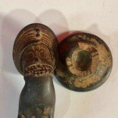 Antigüedades: PRECIOSA ALDABA MANO DE HIERRO. Lote 188454458