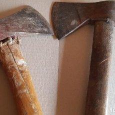 Antigüedades: PAREJA DE ANTIGUAS HACHAS DE MANGO CORTO / 26 Y 32 CM / USADAS / DE OCASIÓN !!. Lote 188568891