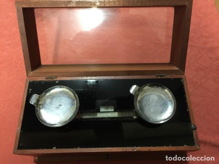 RARA Y ANTIGUA BASCULA DE PRECISION DE FARMACIA CAOBA PRINCIPIO SIGLO XX (Antigüedades - Técnicas - Medidas de Peso - Básculas Antiguas)