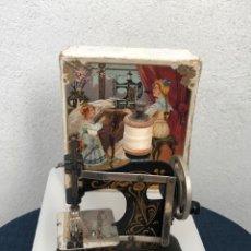 Antigüedades: MÁQUINA DE COSER PEQUEÑA CON SU CAJA ORIGINAL. Lote 188783151