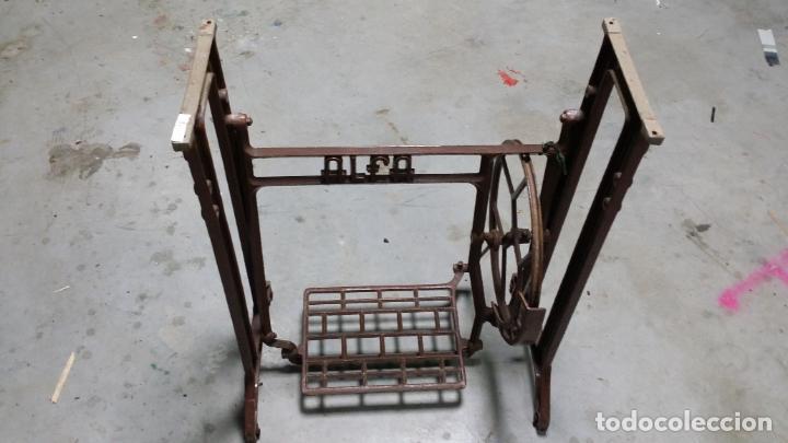 Antigüedades: Antiguo pie de maquina de coser Alfa de los años 50 - Foto 2 - 207750521