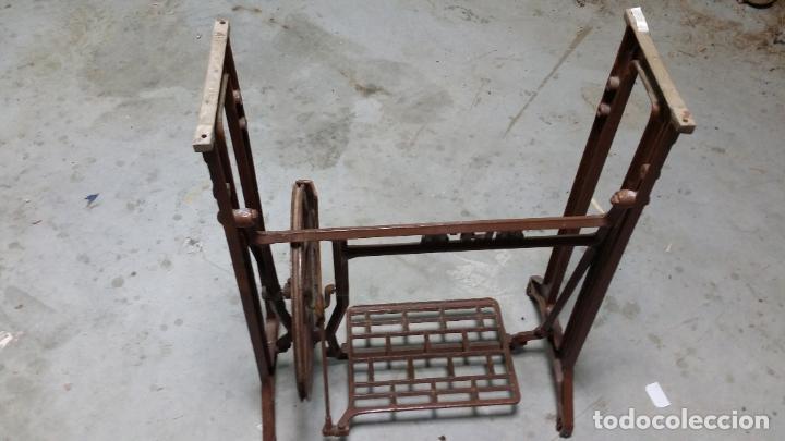 Antigüedades: Antiguo pie de maquina de coser Alfa de los años 50 - Foto 4 - 188829541