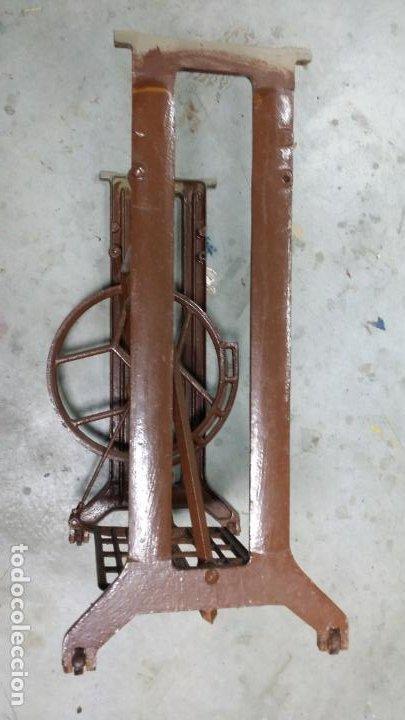 Antigüedades: Antiguo pie de maquina de coser Alfa de los años 50 - Foto 5 - 207750521