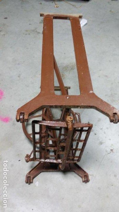 Antigüedades: Antiguo pie de maquina de coser Alfa de los años 50 - Foto 6 - 188829541