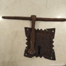 Antigüedades: ANTIGUA CERRADURA Y CERROJO DEL SIGLO XVIII DE HIERRO FORJADO A MANO. Lote 189455040
