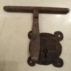 Antigüedades: ANTIGUA CERRADURA Y CERROJO DEL SIGLO XVIII DE HIERRO FORJADO A MANO. Lote 189455075