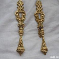 Antigüedades: PAREJA DE ANTIGUOS TIRADORES CON BOCALLAVE DE BRONCE. Lote 189480642