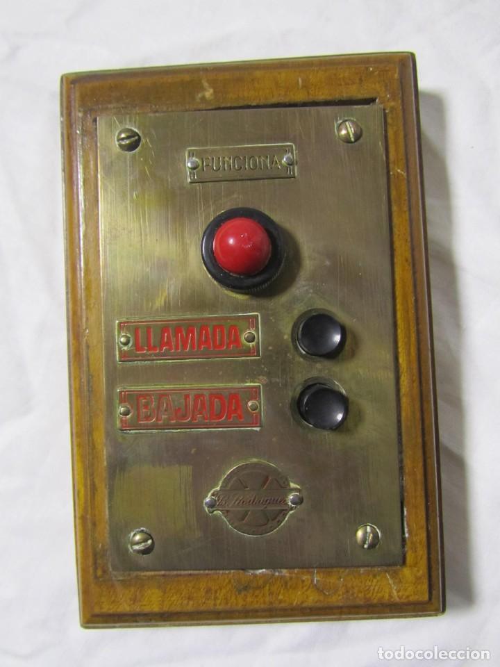 Antigüedades: Cuadro de mando botones ascensor, baquelita, latón y madera, B. Rodriguez - Foto 2 - 189590627
