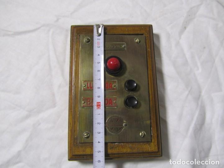 Antigüedades: Cuadro de mando botones ascensor, baquelita, latón y madera, B. Rodriguez - Foto 3 - 189590627