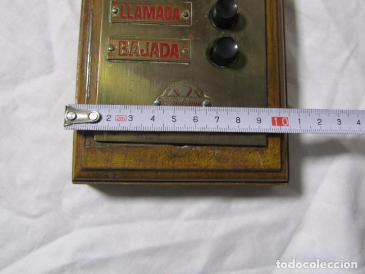 Antigüedades: Cuadro de mando botones ascensor, baquelita, latón y madera, B. Rodriguez - Foto 4 - 189590627