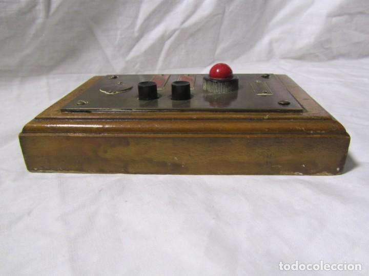 Antigüedades: Cuadro de mando botones ascensor, baquelita, latón y madera, B. Rodriguez - Foto 6 - 189590627