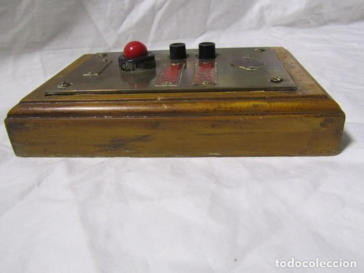 Antigüedades: Cuadro de mando botones ascensor, baquelita, latón y madera, B. Rodriguez - Foto 8 - 189590627
