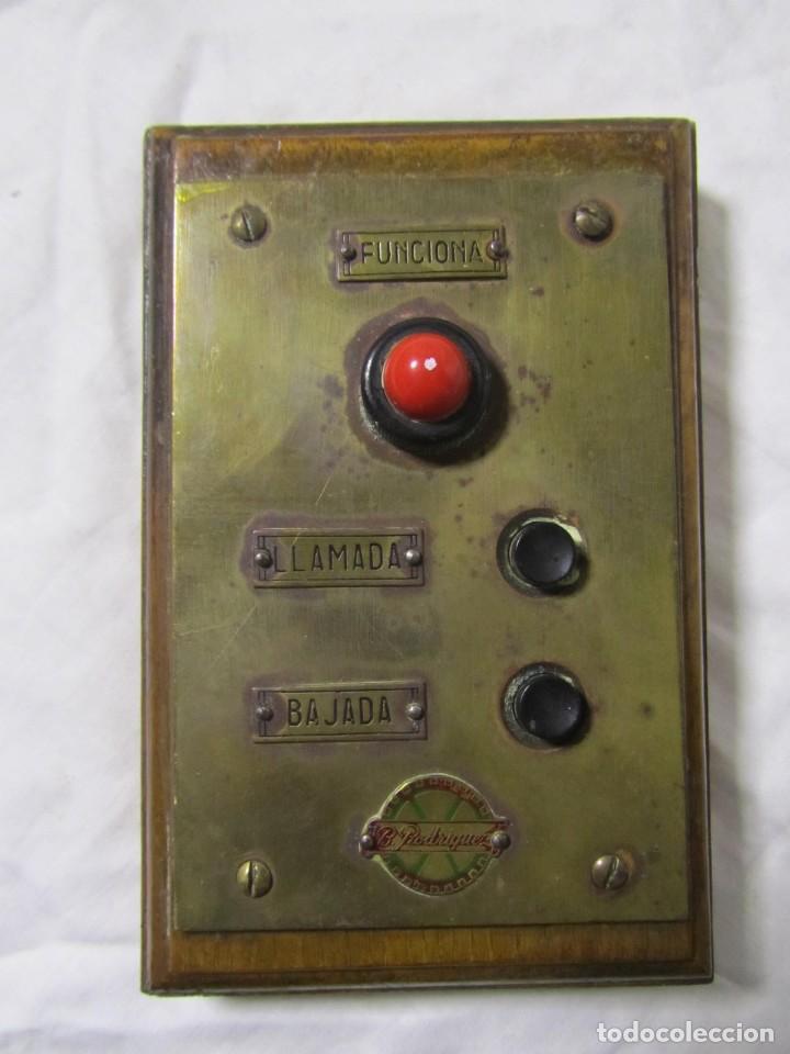 Antigüedades: Cuadro de mando botones ascensor, baquelita, latón y madera, B. Rodriguez - Foto 2 - 189590698
