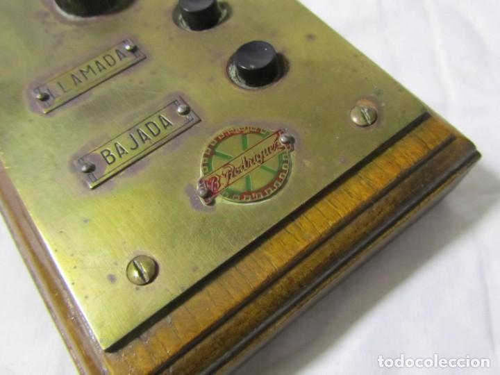 Antigüedades: Cuadro de mando botones ascensor, baquelita, latón y madera, B. Rodriguez - Foto 3 - 189590698