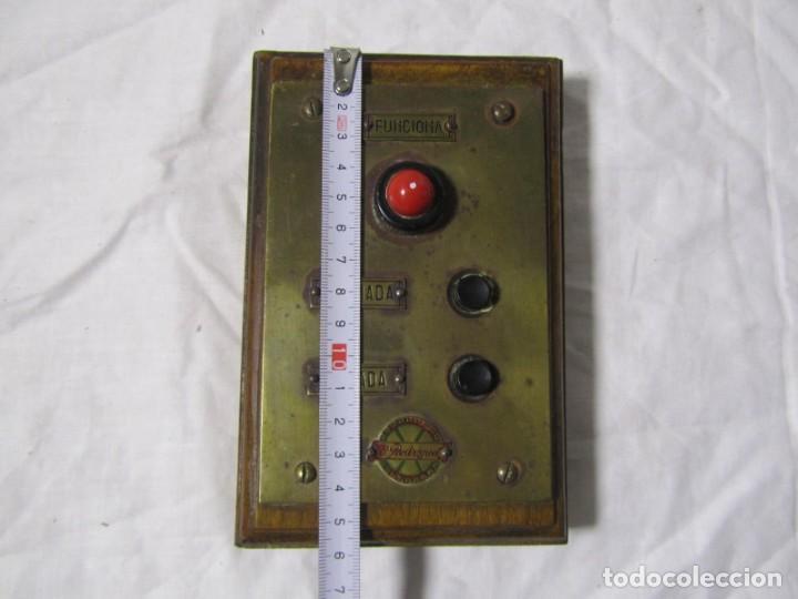 Antigüedades: Cuadro de mando botones ascensor, baquelita, latón y madera, B. Rodriguez - Foto 4 - 189590698