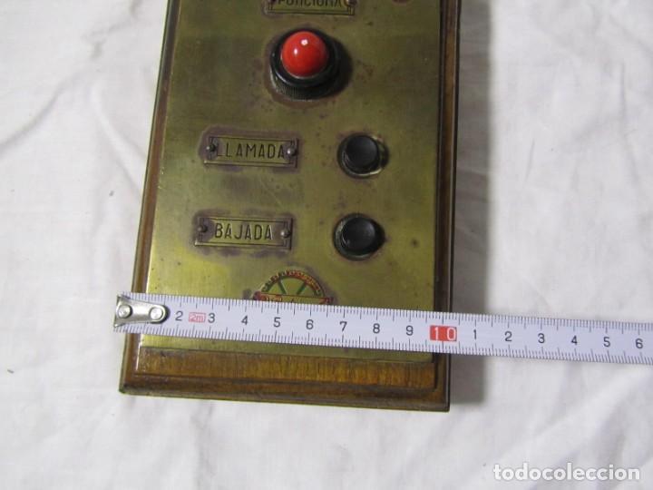 Antigüedades: Cuadro de mando botones ascensor, baquelita, latón y madera, B. Rodriguez - Foto 5 - 189590698